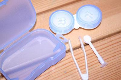 隐形眼镜只要使用必须要经过清洗,消毒,保存三个养护步骤,如果长
