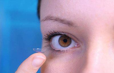 如何快速的戴隐形眼镜.jpg
